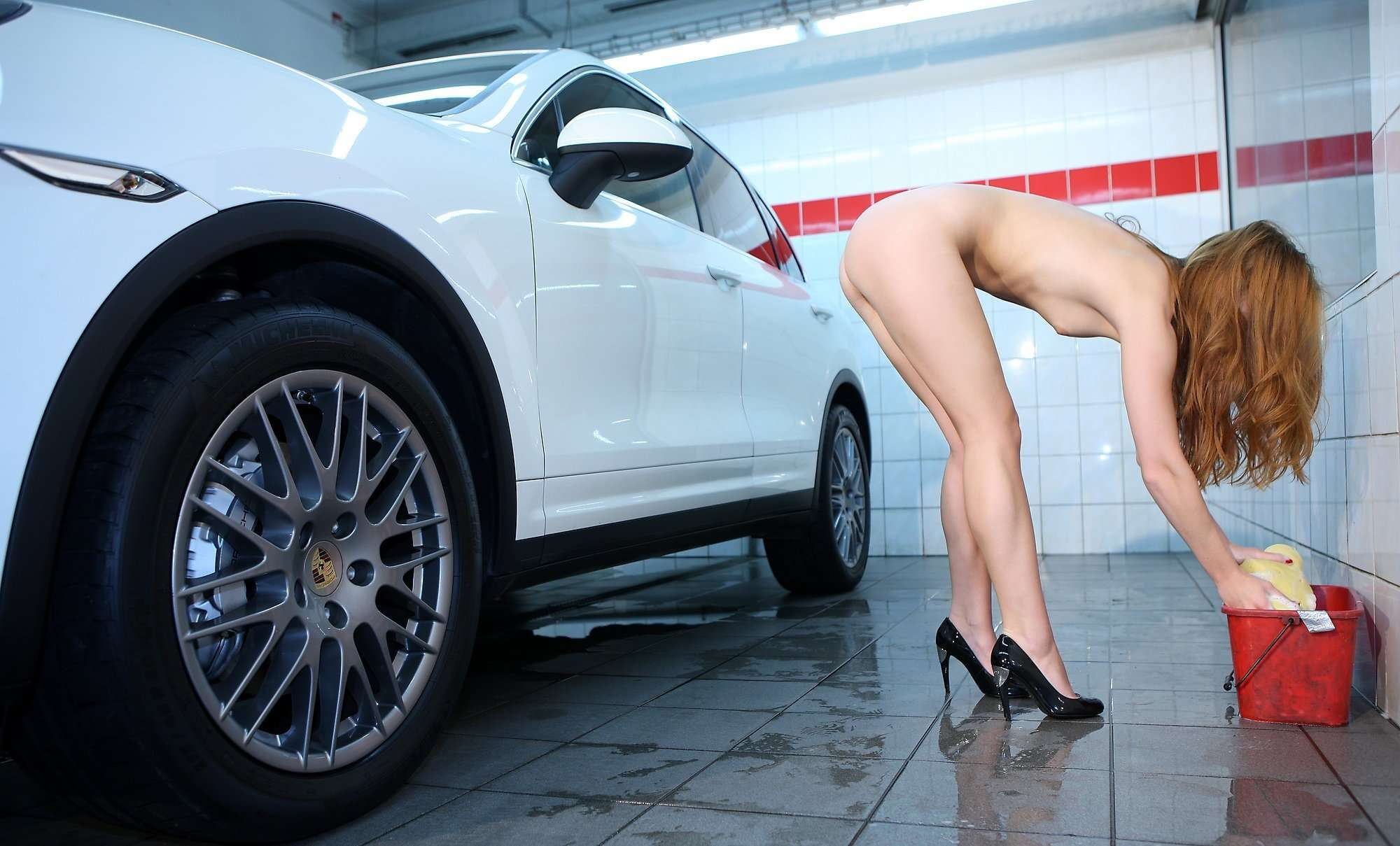 Naked girls washing cars — photo 14